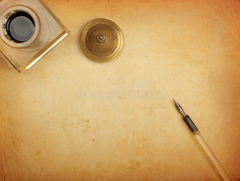 Crayon lecteur et encrier encastré et vieux papier photographie stock libre de droits