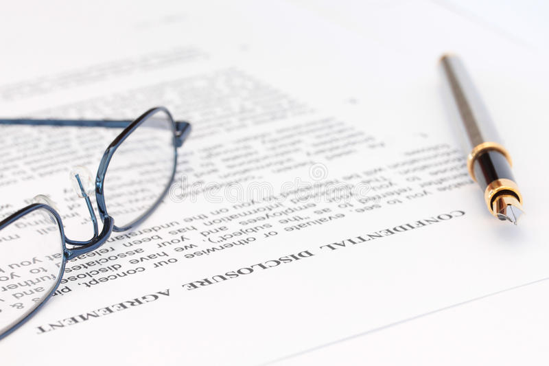 Crayon lecteur et lunettes avec l'accord de révélation image libre de droits
