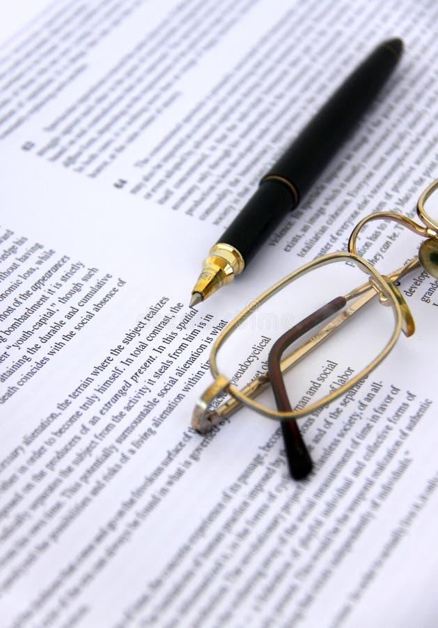 Crayon lecteur et lunettes sur un plan rapproché de document image libre de droits