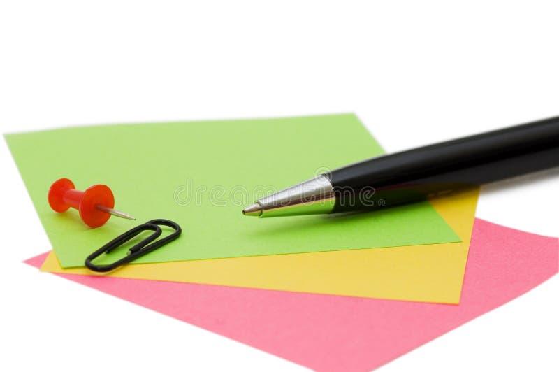 Crayon lecteur et note d'isolement au-dessus du blanc photo stock