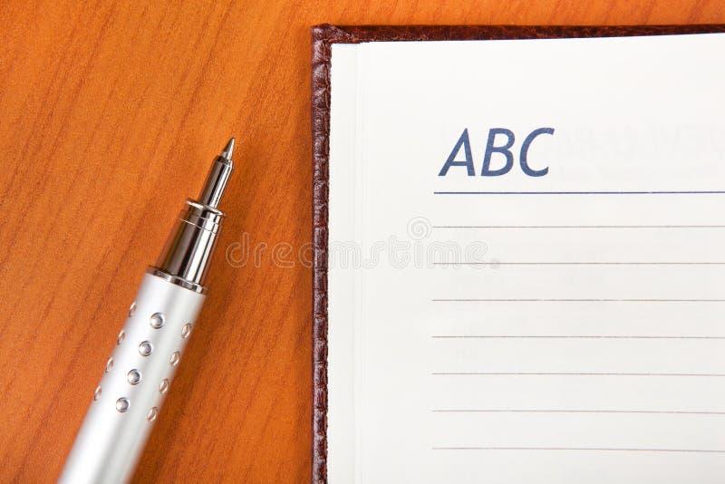 Crayon lecteur et ordre du jour images stock