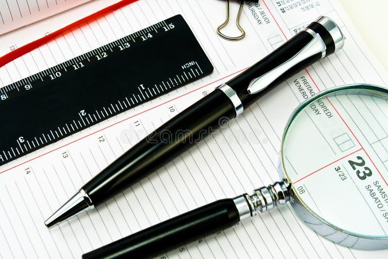Crayon lecteur et ordre du jour avec outils d'exactitude images stock