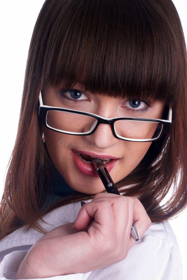 Crayon lecteur mordant de fille image stock