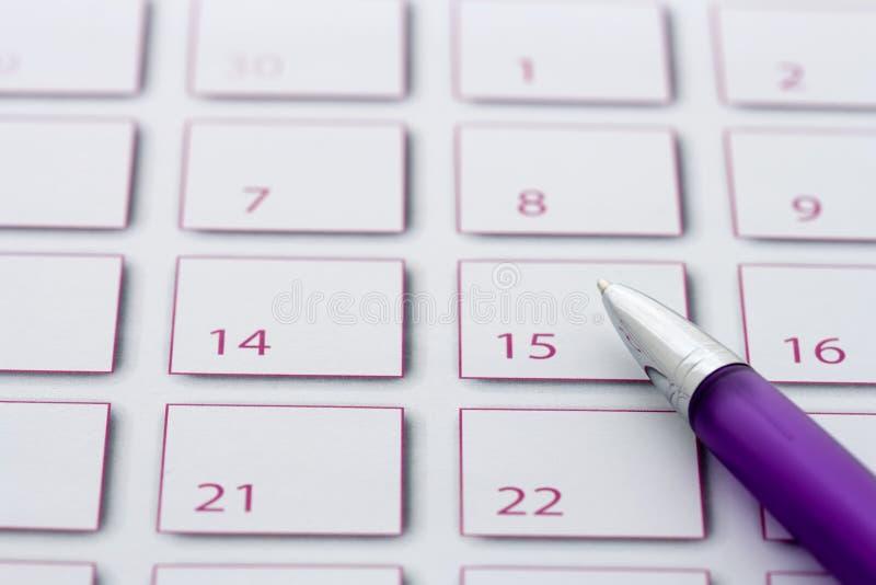 Crayon lecteur pourpré sur le calendrier 3 images stock
