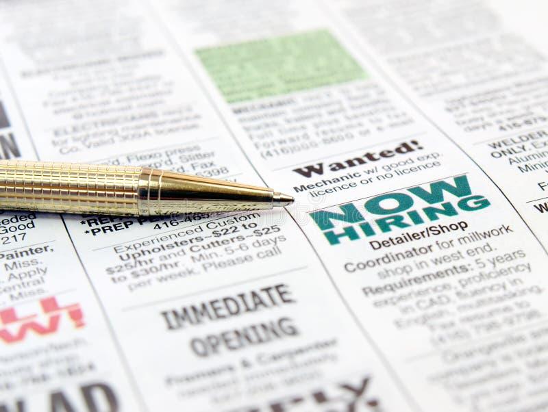 Crayon lecteur sur le journal photos libres de droits