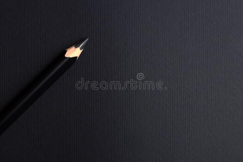 Crayon noir simple sur le fond foncé vide images libres de droits