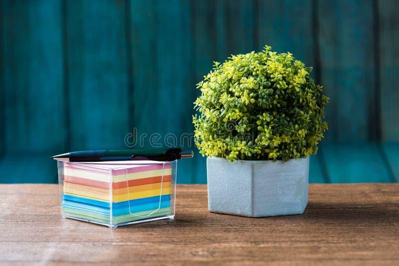 Crayon réglé sur le post-it avec une fleur photos stock