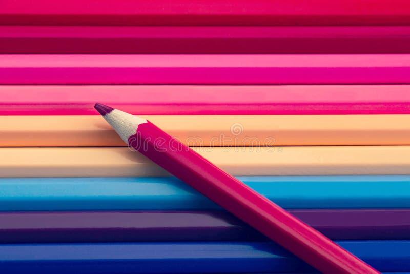 Crayon rose de couleur sur le fond coloré de beaucoup de crayons photographie stock libre de droits