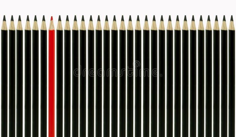 Crayon rouge restant à l'extérieur photos stock