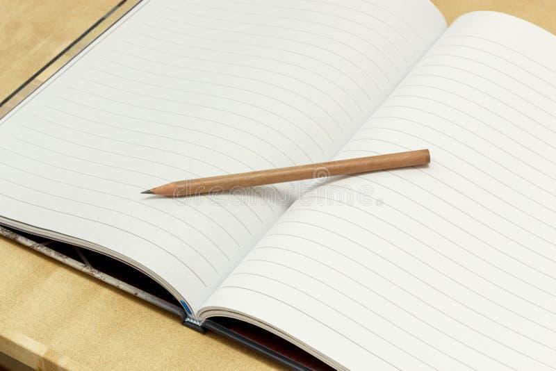 Crayon sur le carnet images stock