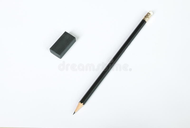 Crayon sur le livre blanc et le caoutchouc d'effacement photo libre de droits