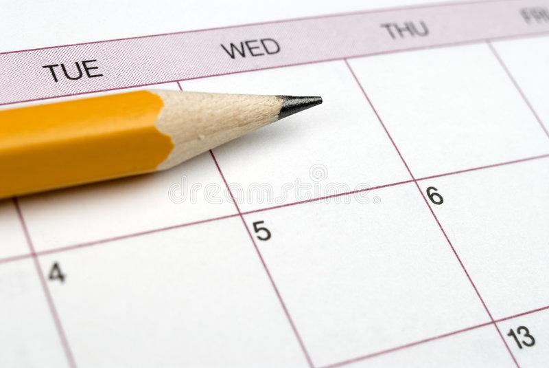 Crayon sur un calendrier. image stock