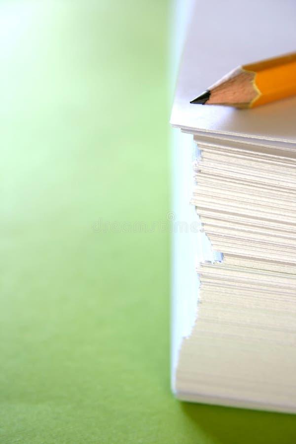 Crayon sur une pile de papiers images libres de droits
