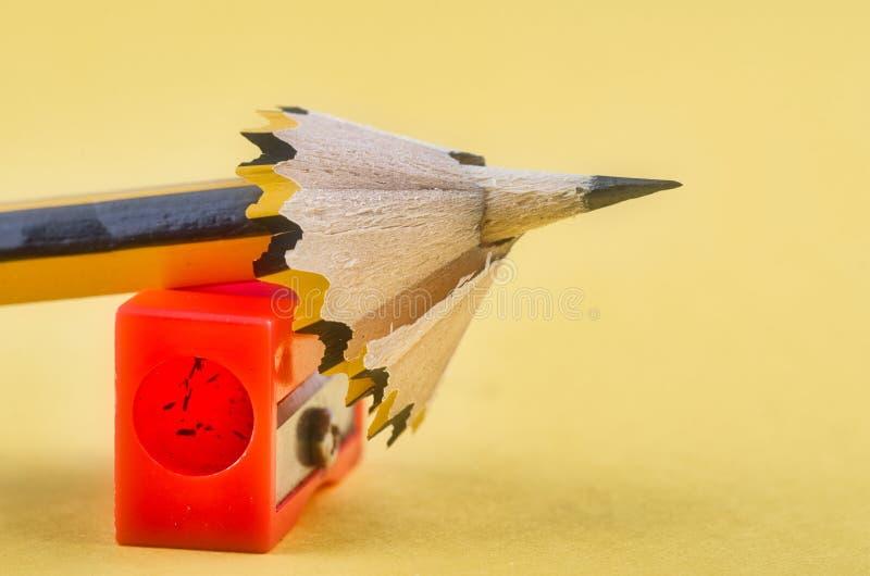 Crayonnez avec lui les copeaux et l'aff?teuse au-dessus du fond jaune image libre de droits