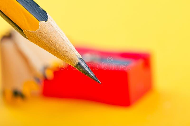 Crayonnez avec lui les copeaux et l'aff?teuse au-dessus du fond jaune photo libre de droits