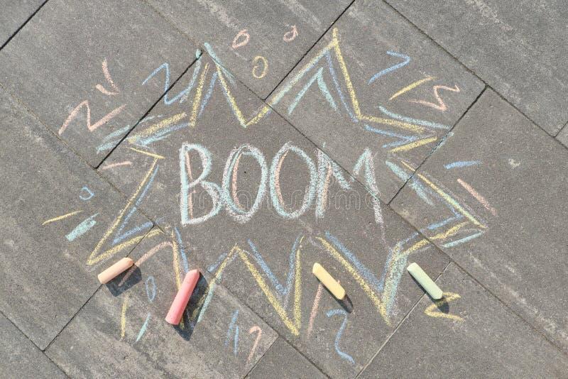 Crayons заграждения текста рисуя на сером асфальте стоковые изображения rf