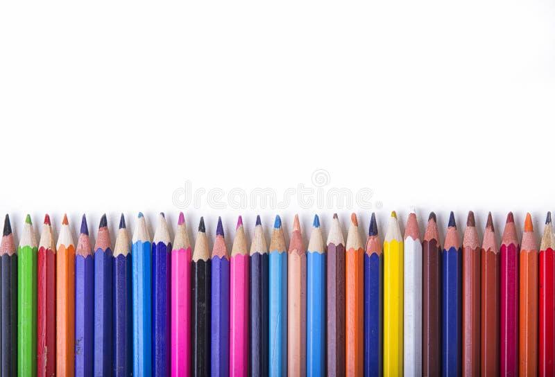 Crayons - покрашенный установленный карандаш свободно аранжированным на белой предпосылке стоковые изображения