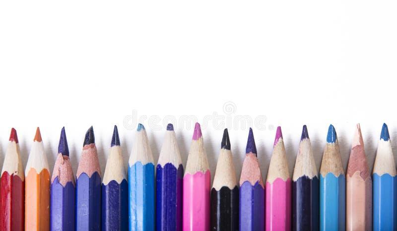Crayons - покрашенный установленный карандаш свободно аранжированным на белой предпосылке стоковое фото