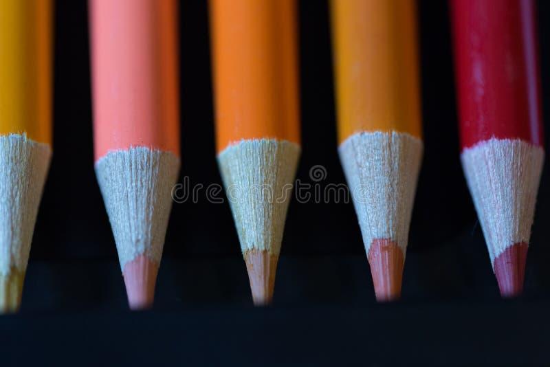 Crayons - покрашенный установленный карандаш свободно аранжированным - на белой предпосылке стоковая фотография rf