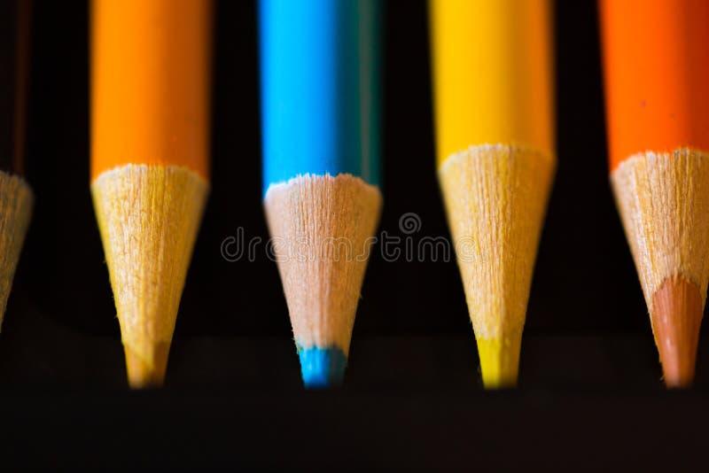 Crayons - покрашенный установленный карандаш свободно аранжированным - на белой предпосылке стоковые фото