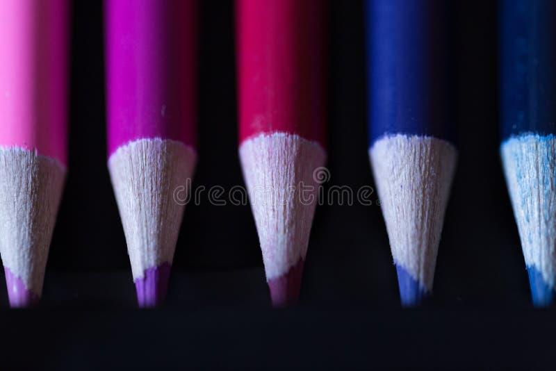 Crayons - покрашенный установленный карандаш свободно аранжированным - на белой предпосылке стоковые изображения rf