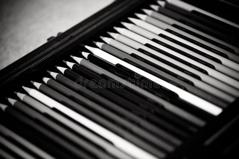 Crayons - покрашенный установленный карандаш свободно аранжированным - на белой предпосылке стоковые фотографии rf