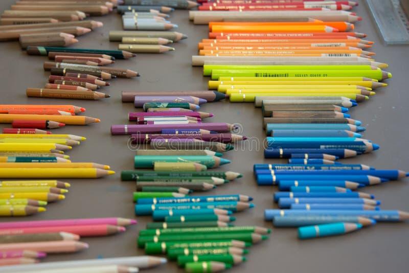 Crayons цвета аранжировали в заказе стоковое фото