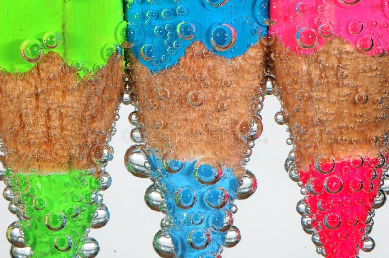 Crayons colorés avec des bulles image libre de droits
