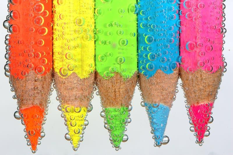 Crayons colorés avec des bulles photographie stock