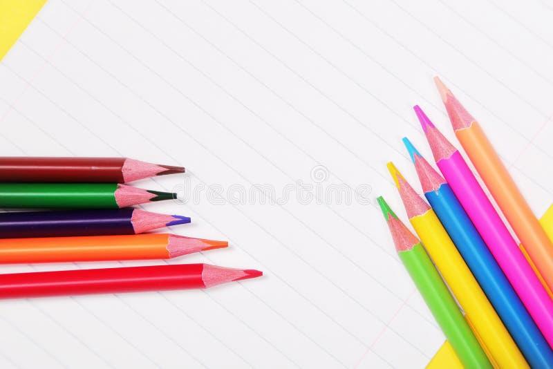 Crayons colorés avec l'espace de copie sur le fond blanc, éducation de nouveau à l'école, vente, concept de achat photos libres de droits