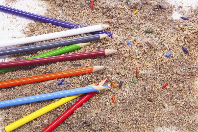 Crayons colorés avec les astuces et les copeaux cassés de crayon photos libres de droits