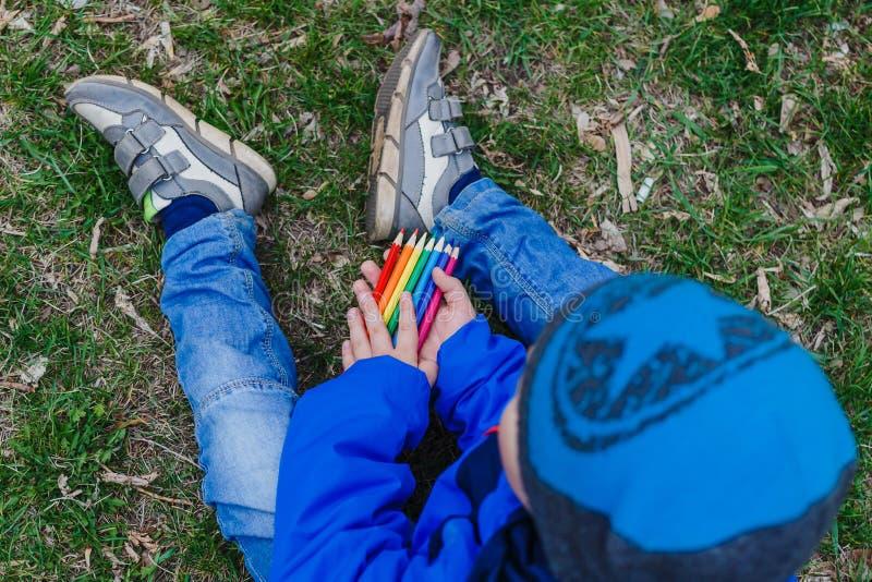 Crayons colorés chez des mains du ` s des enfants photos libres de droits