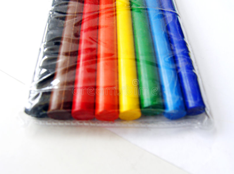 Crayons colorés dans l'emballage en plastique image libre de droits