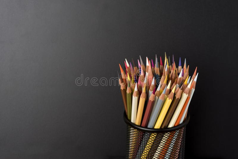 Crayons colorés dans la configuration noire de crabes image libre de droits