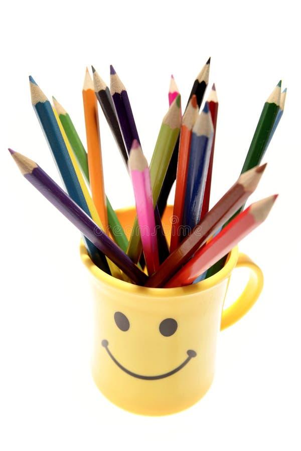Crayons colorés dans la tasse images stock