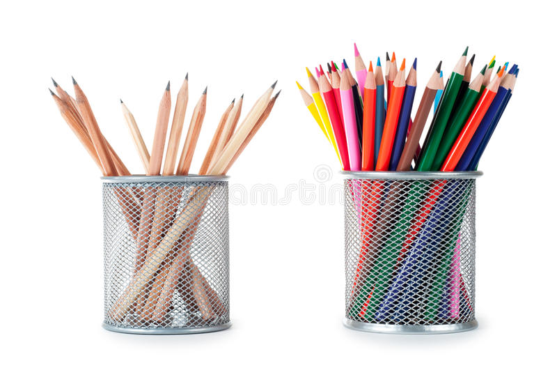 Crayons colorés dans le support photo stock