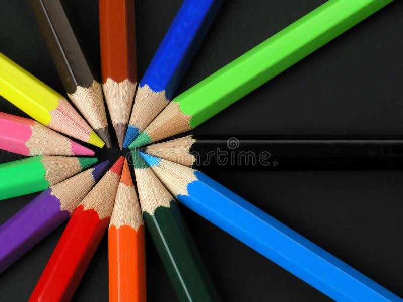 Crayons colorés dans une ligne images libres de droits