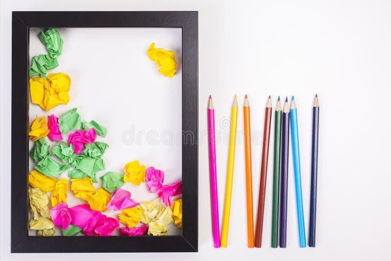 Crayons colorés et boules de papier image libre de droits