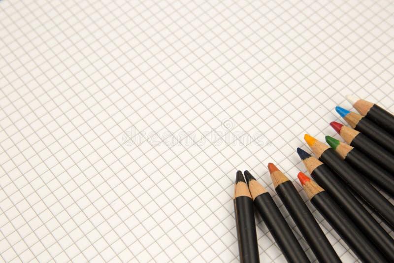 Crayons colorés et papier carré, retour aux vieilles manières du dessin et concept de coloration photo libre de droits