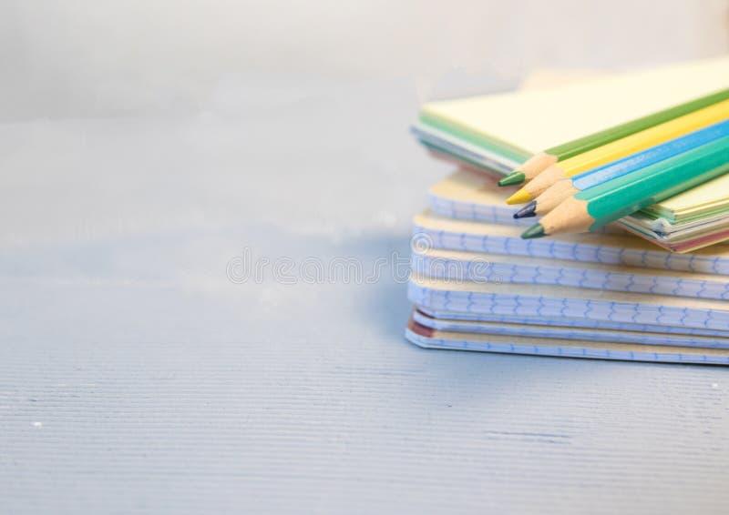Crayons colorés et une protection de dessin Le concept de la créativité du ` s d'écoliers photo stock