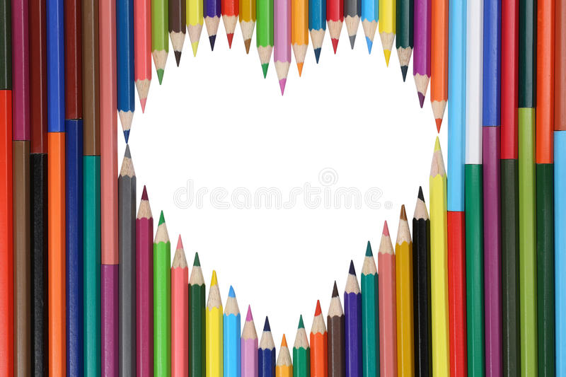 Crayons colorés formant un sujet d'amour de coeur photo stock