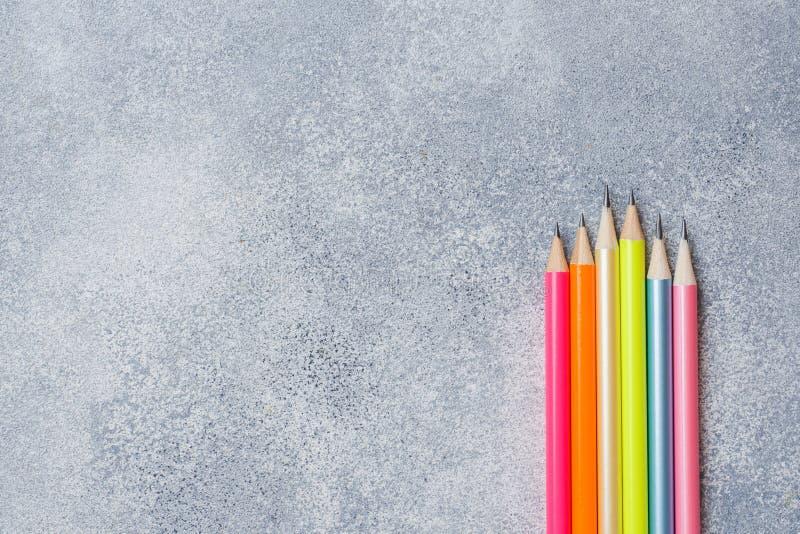 Crayons colorés lumineux sur la table grise ?cole de concept Copiez l'espace photographie stock libre de droits