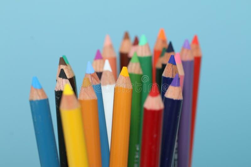 Crayons colorés lus pour employer image stock