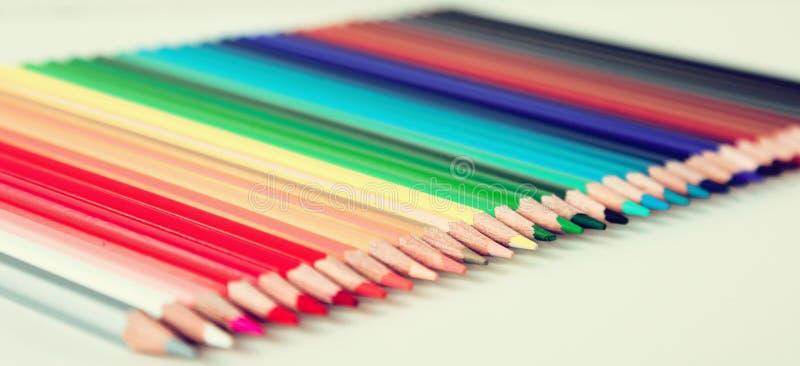 Crayons colorés se situant dans la rangée photos libres de droits