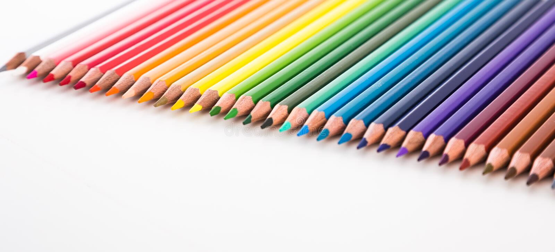 Crayons colorés se situant dans la rangée images libres de droits