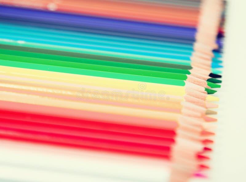 Crayons colorés se situant dans la rangée image stock