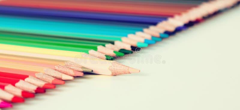 Crayons colorés se situant dans la rangée photographie stock libre de droits