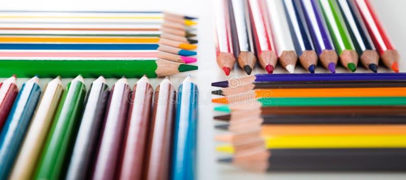 Crayons colorés se situant dans les rangées photos stock