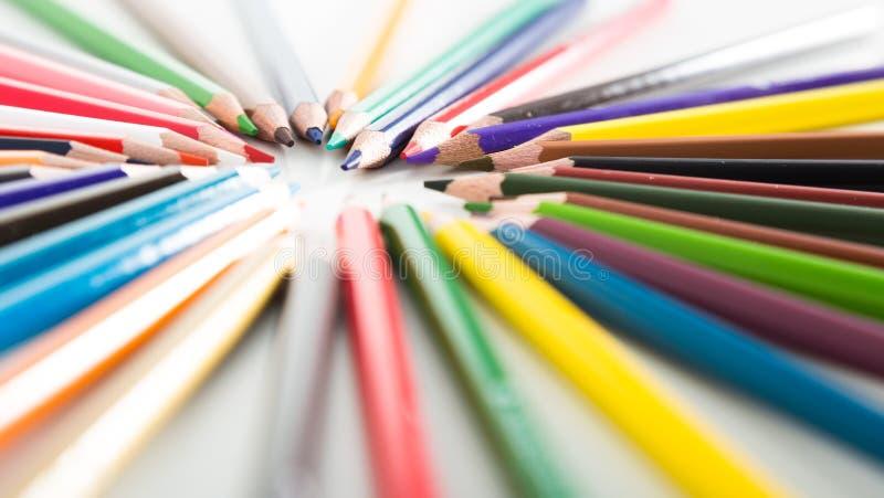 Crayons colorés se situant dans les rangées photos libres de droits