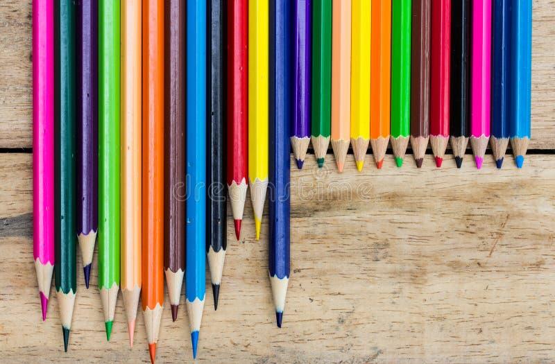 Crayons colorés sur le bois image stock